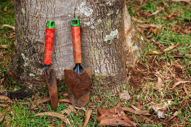 Gekleurde en gebruikte kleine tuinschoppen - modderpuin - tuinieren