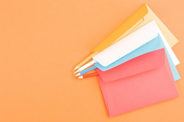 Gekleurde enveloppen met kleurpotloden