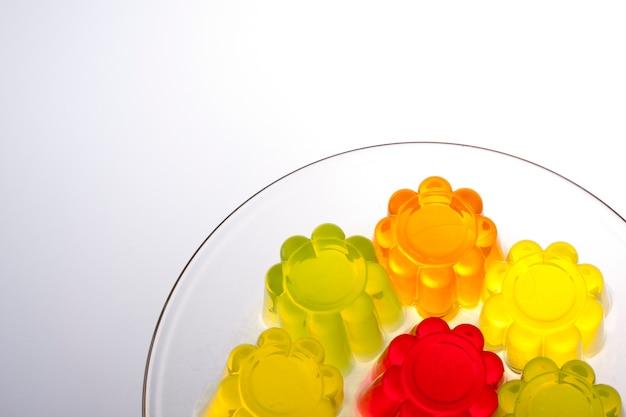 Gekleurde fruitgelei op witte achtergrond