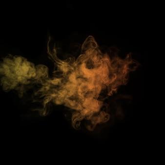 Gekleurde gele stoom, rook op een zwarte achtergrond om op uw foto's te leggen. geeloranje rook, stoom, aroma. maak mystieke halloween-foto's. abstracte achtergrond, ontwerpelement