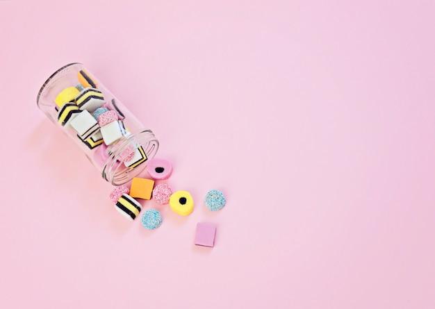 Gekleurde geleisuikergoed gegoten uit de glazen pot