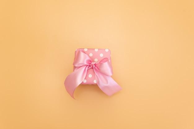 Gekleurde geschenkdozen met kleurrijke linten. gele achtergrond cadeaus voor kerstmis of een verjaardag.