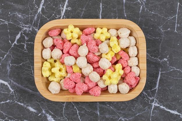 Gekleurde graanballen op houten plaat. hoge kwaliteit illustratie