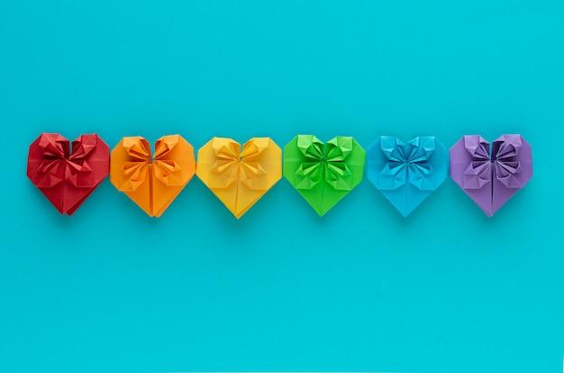 Gekleurde harten op een rij op een blauwe achtergrond. lgtb + concept. valentijnsdag.
