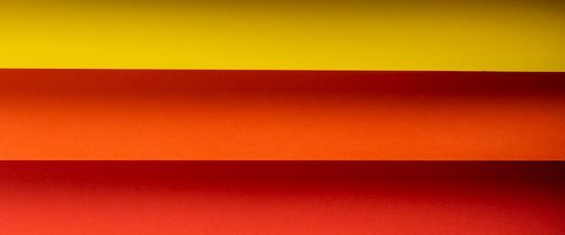Gekleurde horizontale achtergrond van gevouwen papiermateriaal. bovenaanzicht, plat gelegd. banier.