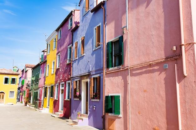 Gekleurde huizen bekijken. burano-eiland, venetië.