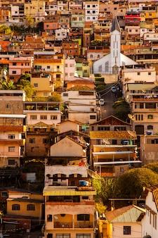 Gekleurde huizen en kerk in een glooiende stad in minas gerais - brazilië