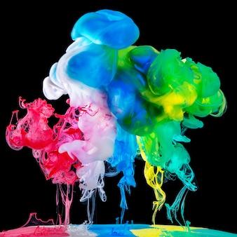 Gekleurde inkt in water op zwarte ondergrond