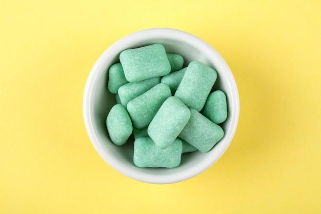 Gekleurde kauwgom in een kom