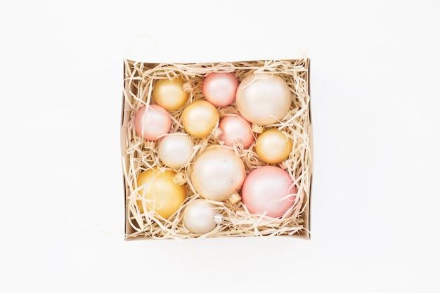 Gekleurde kerstballen verpakt in vierkante doos