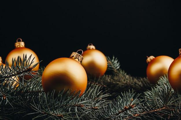 Gekleurde kerstversiering op zwarte houten tafel. kerstmisballen op houten achtergrond.