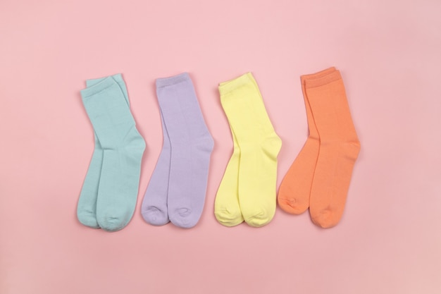 Gekleurde kindersokken zonder patroon, blauw, lila, geel, oranje. kinderkleding.