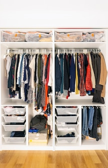 Gekleurde kleding in de kast. opslag van kleding en spullen in de kast