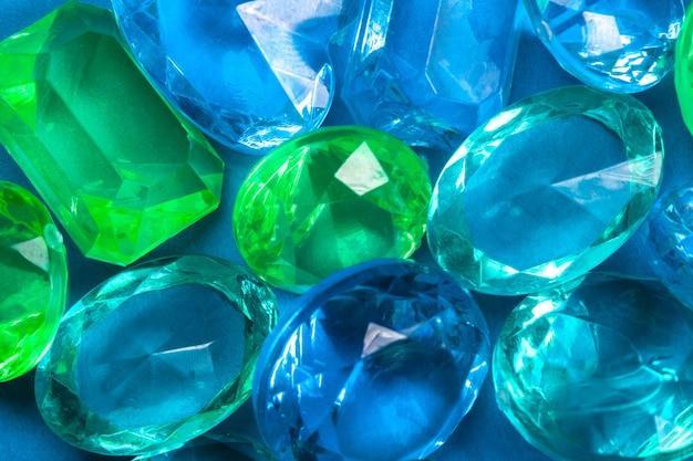 Gekleurde kristallen van blauw en groen op een blauwe achtergrond