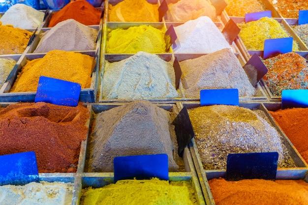 Gekleurde kruiden bij markt in reims, frankrijk