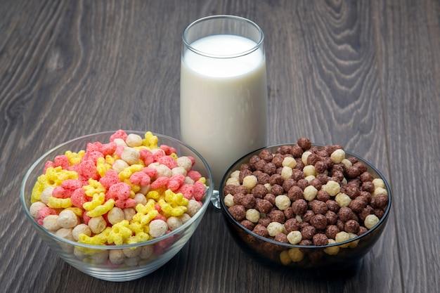 Gekleurde lichte snacks. ontbijt op een bord en een glas melk. dieet en calorieën. dessert eten.