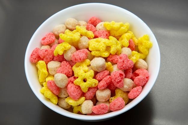 Gekleurde lichte snacks. ontbijt op het bord. dieet en calorieën. dessert eten.