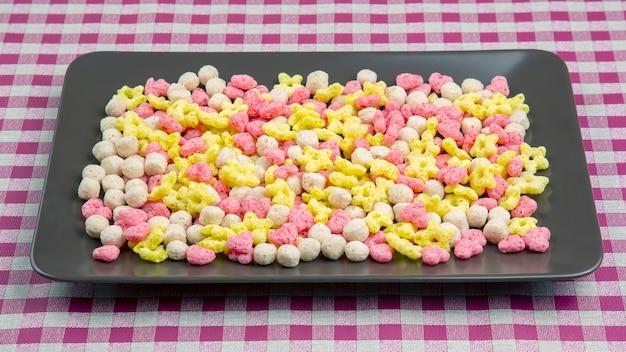Gekleurde lichte snacks. ontbijt op het bord