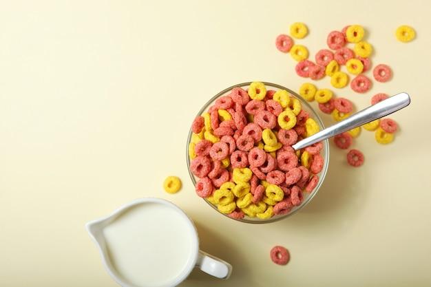 Gekleurde maïsringen voor het ontbijt op de tafelclose-up