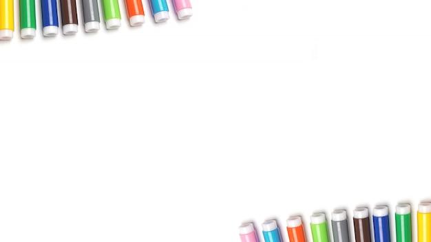 Gekleurde markeringen die op de witte ruimte worden geïsoleerd.
