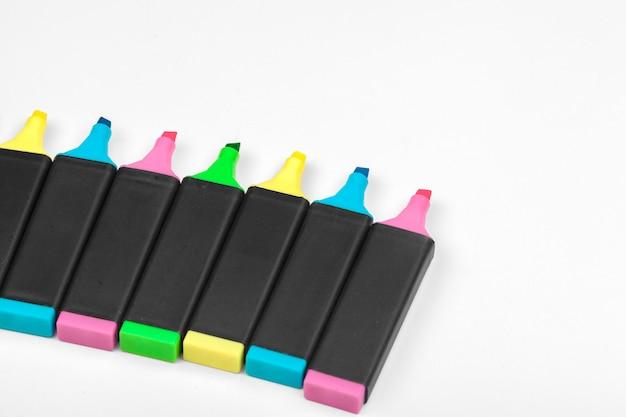 Gekleurde markeringen geïsoleerd op wit