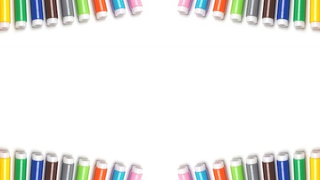 Gekleurde markeringen op de witte geïsoleerde ruimte.