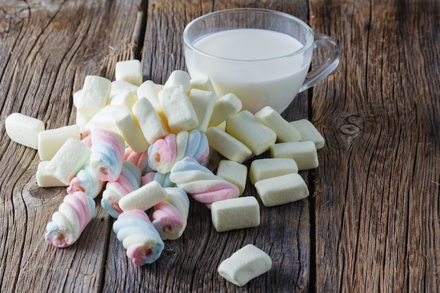 Gekleurde marshmallow met melk