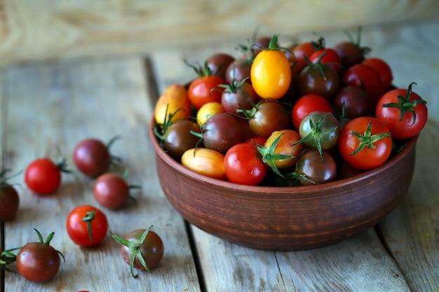 Gekleurde mini tomaatjes in een bakje