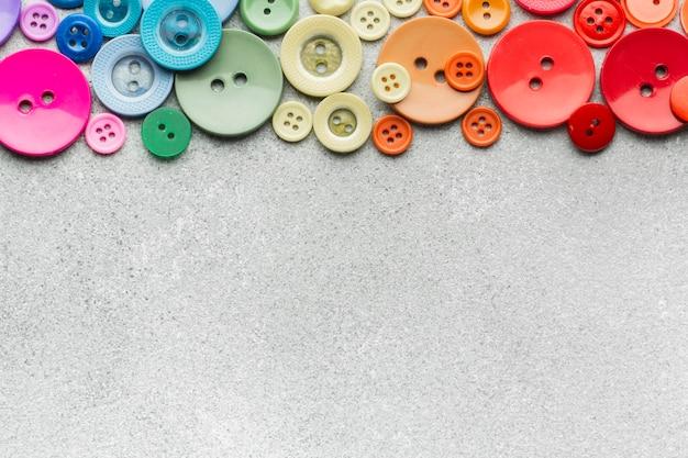 Gekleurde naaiende knopensamenstelling op exemplaar ruimteachtergrond