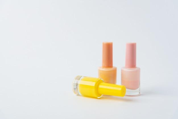 Gekleurde nagellakken op een witte achtergrond 1