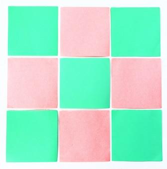 Gekleurde papieren notities op wit oppervlak