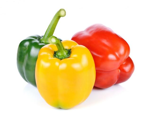 Gekleurde paprika's over wit