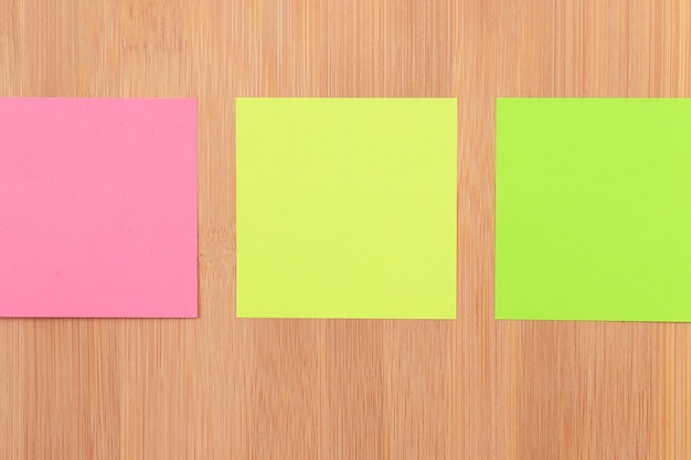 Gekleurde plaknotities vastgemaakt aan het houten prikbord