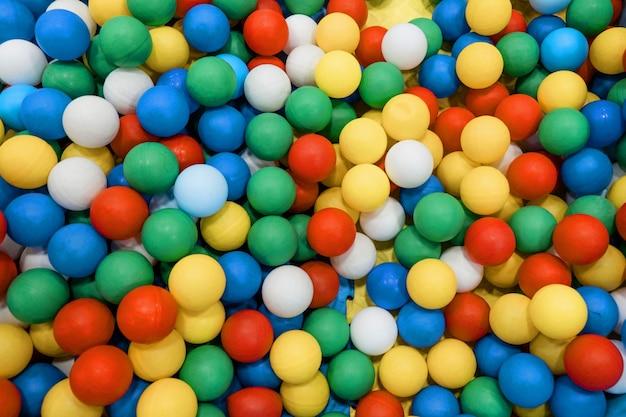 Gekleurde plastic ballen op de achtergrond van een kinderspeelkamer