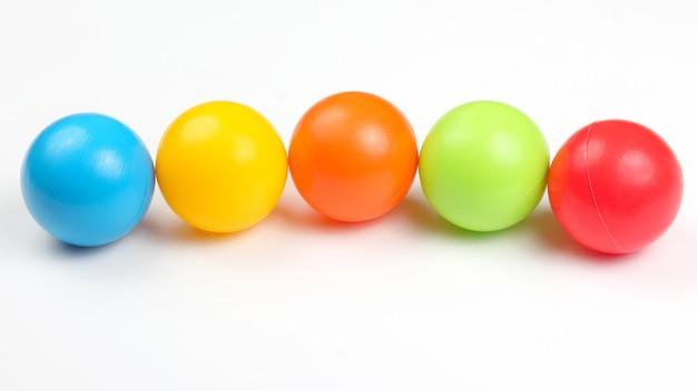 Gekleurde plastic ballen op wit