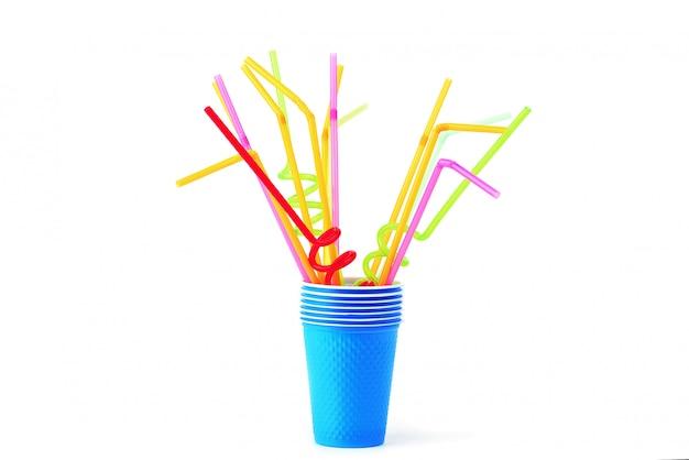 Gekleurde plastic buizen in blauw glas