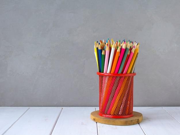 Gekleurde potloden grijze achtergrond