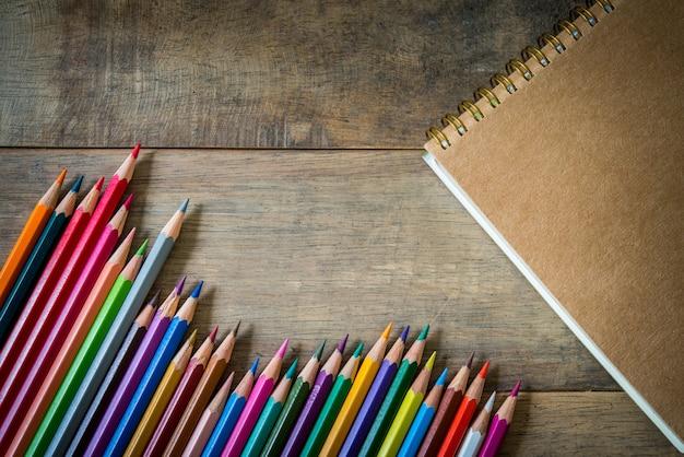 Gekleurde potloden op een houten