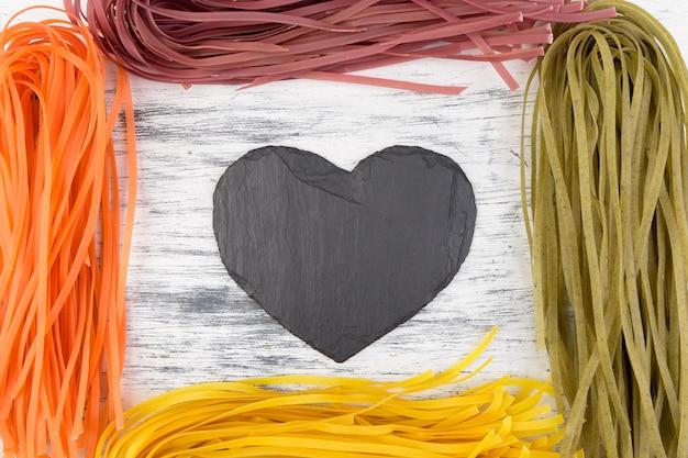 Gekleurde rauwe groente vegetarische pasta.