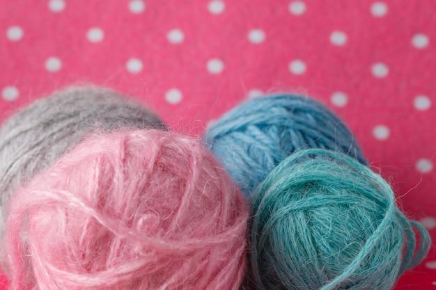 Gekleurde schoothoek op roze stipruimte