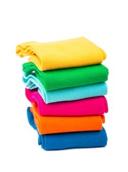 Gekleurde sokken gestapeld op een witte achtergrond