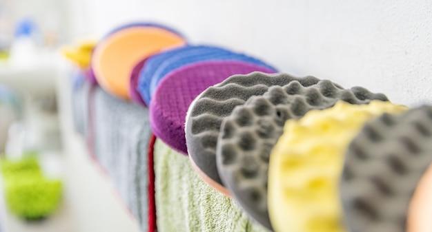 Gekleurde sponzen voor het wassen en polijsten van het interieur en exterieur van auto's