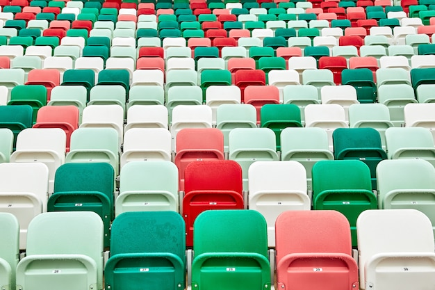 Gekleurde stoelen in een voetbalstadion