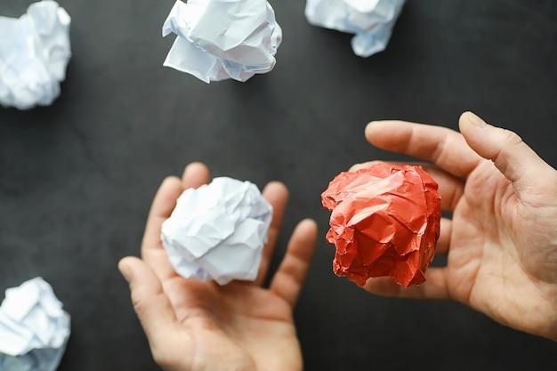 Gekleurde stukjes papier. het concept van creativiteit en de vorming van ideeën. creatief denken. vliegend papier.