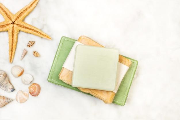 Gekleurde stukken zeep met een zeester op een marmeren tafel