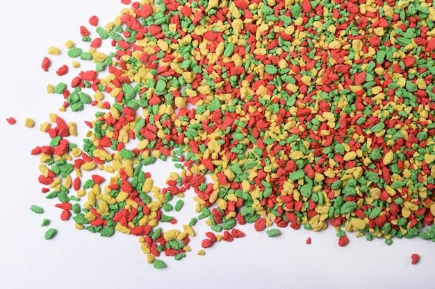 Gekleurde vitamines voor vogels op witte achtergrond