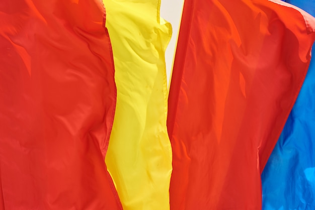 Gekleurde vlaggen vliegen in de wind