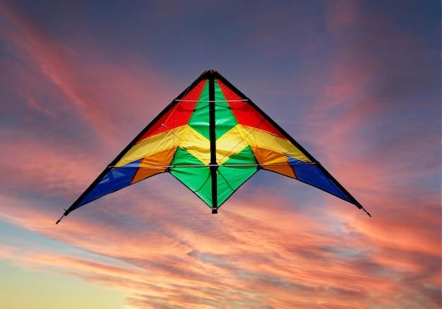 Gekleurde vliegeren in het midden van een prachtige zonsondergang