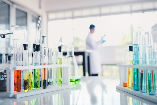 Gekleurde vloeistoffen in reageerbuis in laboratorium