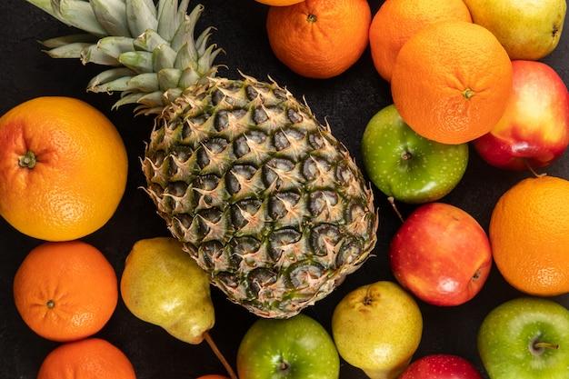 Gekleurde vruchten rijp sappig zacht op een grijs bureau